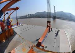 qy977千赢国际娱乐长江三桥钢箱梁今日吊装过半