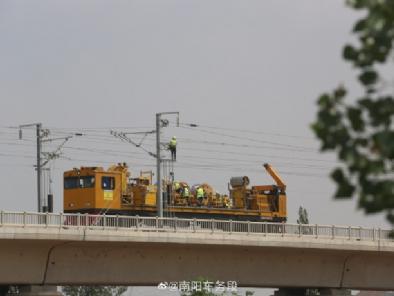 郑万高铁南阳南站下行方向正在架线的工程车辆