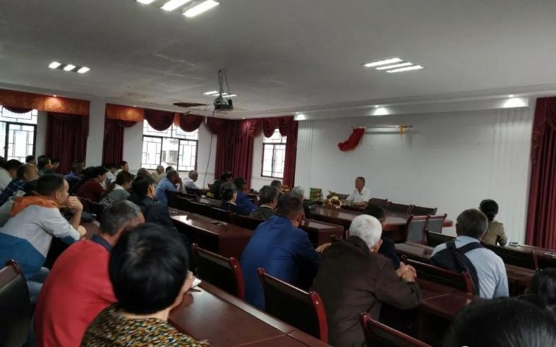 区科技辅导团吴启奎副团长一行冒大雨到罗田镇开展新型农业实用技术培训。