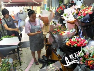 """8月6日,天天时时彩花店内,店员售花、扎花一片繁忙。七夕来临,天天时时彩各处花店准备大量鲜花,为""""牛郎织女""""营造浪漫氛围。"""