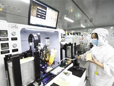 8月21日,万州经开区三雄极光生产车间,自动点胶机飞速运转有序生产。
