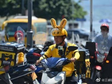 致敬高温下的劳动者:万州街头外卖小哥装扮可爱穿梭在城市的大街小巷,将美食送达顾客手中。