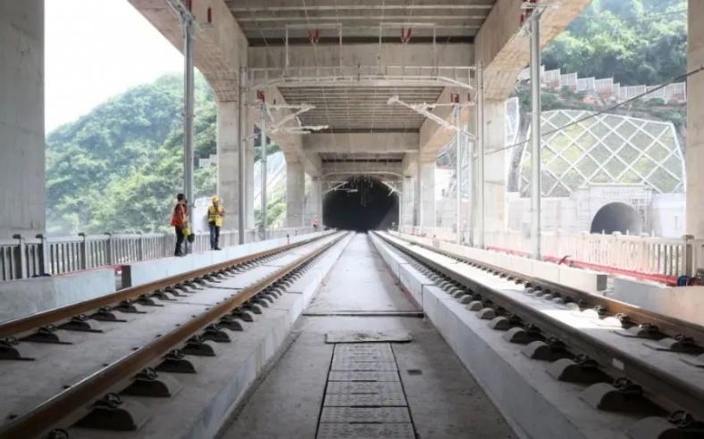 郑万高铁重庆境内全部完成轨道铺设。
