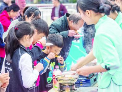 10月16日,2021三峡美食文化节暨万州烤鱼节活动的第四天,尽管天公不作美,但活动现场人气依旧不减。